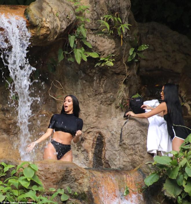 Şelale Turundaki Islak ve Vahşi Kardashian'dan Çok Özel Fotoğraflar