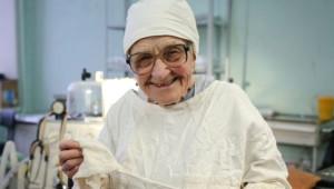 89 Yaşındaki Dünyanın En Yaşlı Cerrahı Görenleri Şaşkına Çeviriyor