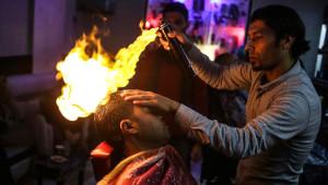 Bu Berber Çok Başka! Saç Tıraşını Ateşle Yapıyor