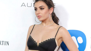 Ünlü Şarkıcıyı Görenler Giydiği Elbise Yüzünden Çıplak Sandı