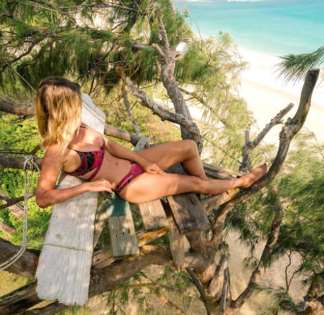 Bir Zamanların Playboy Modeli Ufacık Mayolarıyla Dünyayı Dolaşıyor!