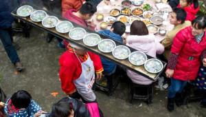 Bir Gelenek Uğruna Kafasında 2 Metrelik Tepsiyle Garsonluk Yapıyor