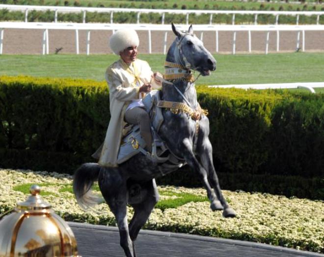 Yeni-köhnə prezident: Cenifer Lopezi və atları sevir, qızıldan heykəli var, öldürülməkdən qorxur - FOTOLAR