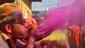 Birbirlerine Rengarenk Boyalar Fırlatıp Baharın Gelişini Kutladılar!