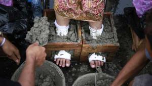 Protesto İçin Ellerini ve Ayaklarını Çimentoya Gömdüler!