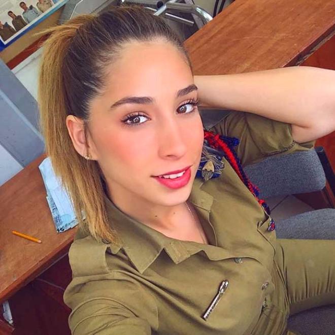 İsrail'in Ateşli Kadın Askeri, Instagram Paylaşımlarıyla Şaşırtıyor