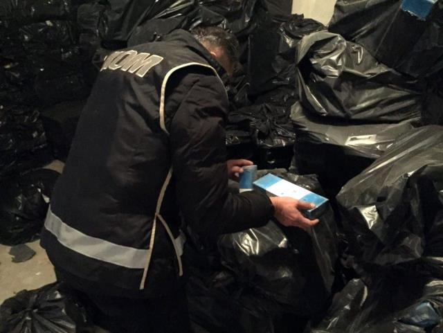 İzmir'de Kaçakçılara Darbe 330 Bin Paket Kaçak Sigara Ele Geçirildi