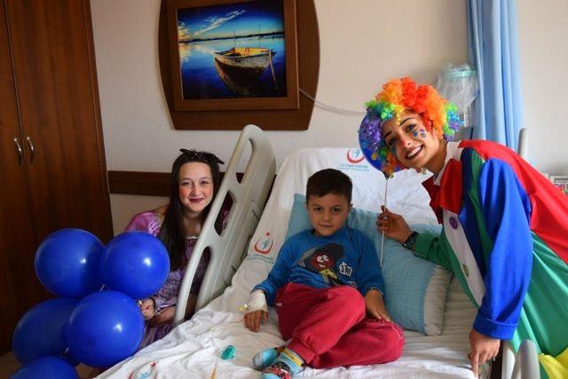 Manavgat'ta Tedavi Gören Çocuklara Palyaço Sürprizi, System.String[]