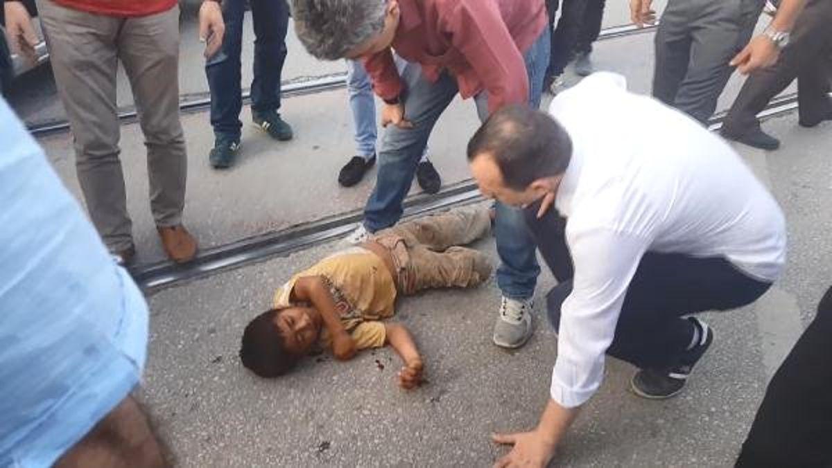 Vicdansız Baba, Araba Çarpan Küçük Oğlunu Mendil Sattırmak İçin Hastaneden Kaçırdı