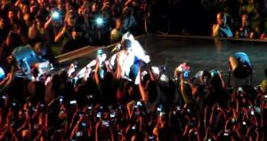 Taciz konseri iptal ettirdi! Sahneye çıkarıp kurtardı