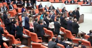 Meclis'te 'ayakta durma' eylemi