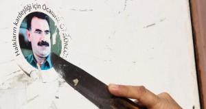 Polisi gördü, bıçağı kapıp Öcalan çıkartmasını kazıdı