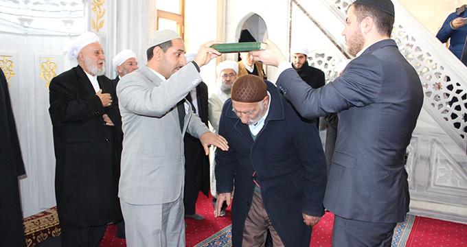 Tek tek Kur'an-ı Kerim'in altından geçtiler