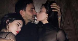 Biri kollarında, diğerini öpüyor