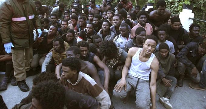 Sınır tellerini aştılar, kendilerini 'toplama merkezinde' buldular
