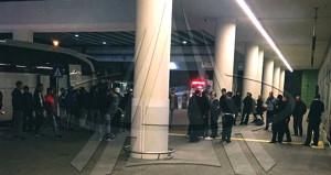 Taraftarlar, havalimanında futbolculara silah çekti