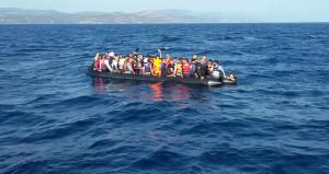 Kuşadasında mülteci botu battı