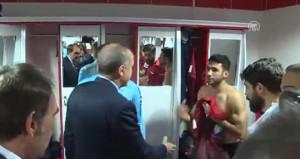 Erdoğanı görünce eli ayağı birbirine dolaştı, sosyal medya yıkıldı