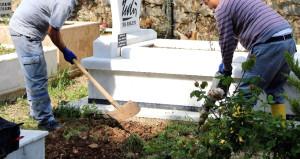 Ünlü ismin mezarı açıldı! Eşi haberi alınca fenalık geçirdi