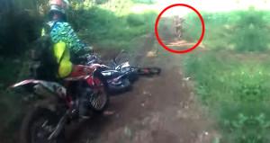 Motorcuları gören kayıp kabile üyesi arkasına bakmadan sıvıştı