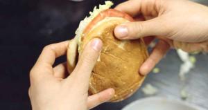 Hamburgeri yıllardır yanlış yiyorsunuz! Doğrusu bu