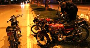 Motorları birbirine bağlayan hırsızların hayalini polis sonlandırdı!
