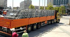Taksim'de 1 Mayıs için hazırlık başladı! Kamyon kamyon geliyor