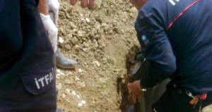 4 tonluk kayayı toprağa gömmek isterken altında kalarak can verdi