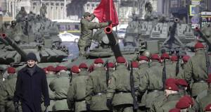 Rusya'dan gövde gösterisi! Tanklar Kızıl Meydan'a indi