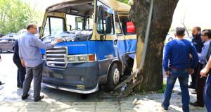 Kontrolden çıkan yolcu minibüsü, ağaca çarparak durabildi: 6 yaralı