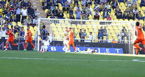 Fenerbahçeli taraftarlar isyan etti: Şener abi kız meselesi mi