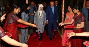 Hindistan'da Erdoğan'ın yollarına gül döküldü