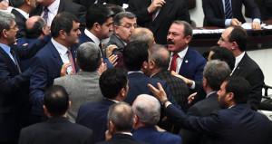 Necip Fazıl'ın sözleri Meclisi birbirine kattı! Yumruklu kavga çıktı