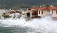 İstanbul'da 3 gemi kıyıya vurdu