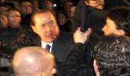 Berlusconi'nin Suratını Dağıttılar