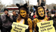 Bu Kez Taksim'de Soyundu