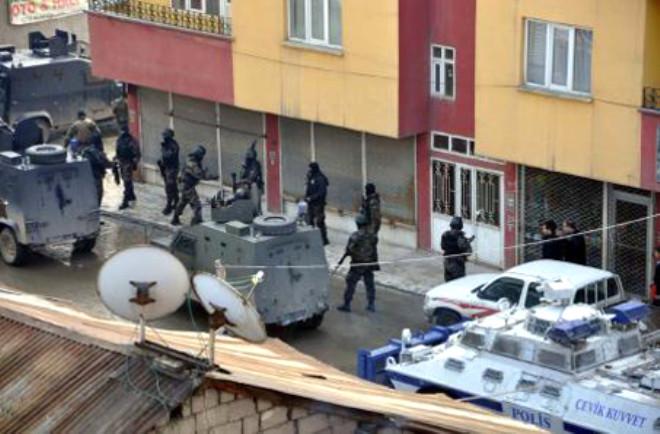Yüksekova'da Polise Linç Girişimi