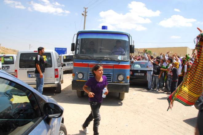 Mardin Cezaevi Önünde Polise Saldırı!