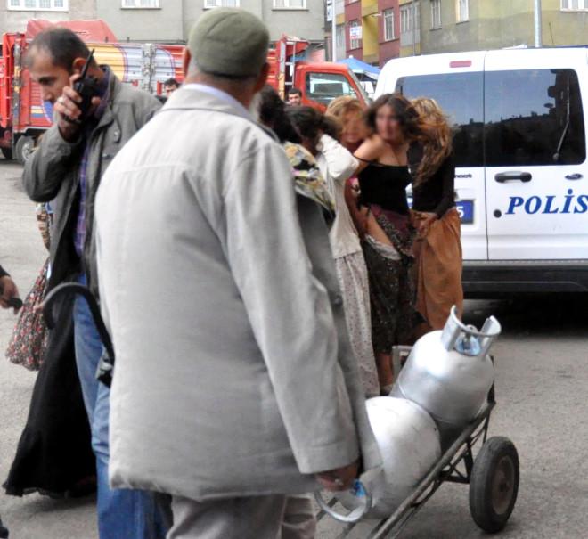 Gözaltını Soyunarak Protesto Ettiler