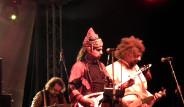 Rock Konserinde Kara Çarşaflı Dansöz