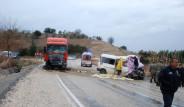 Minibüs İle TIR Kafa Kafaya Çarpıştı