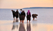 Tuz Gölünde Çıplak Ayakla Dans Keyfi