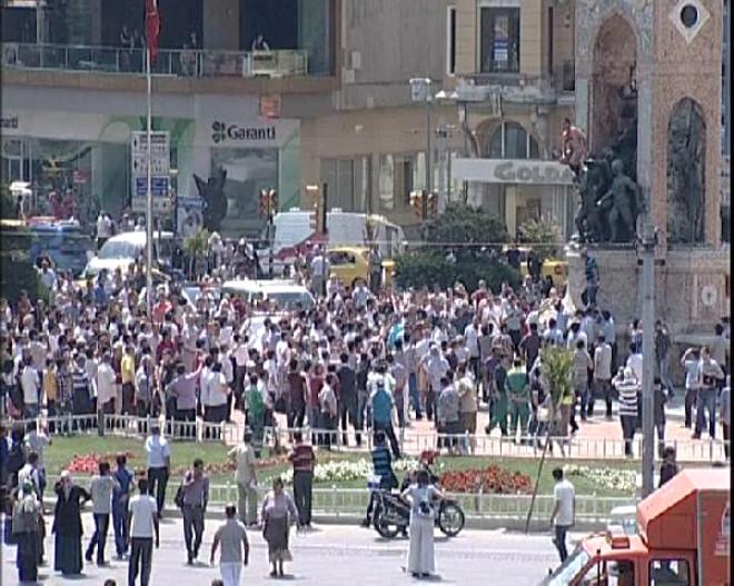 Taksim Meydanı'nda Çıplak Şok!