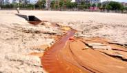 Dünyaca Ünlü Plaj Kızıla Boyandı