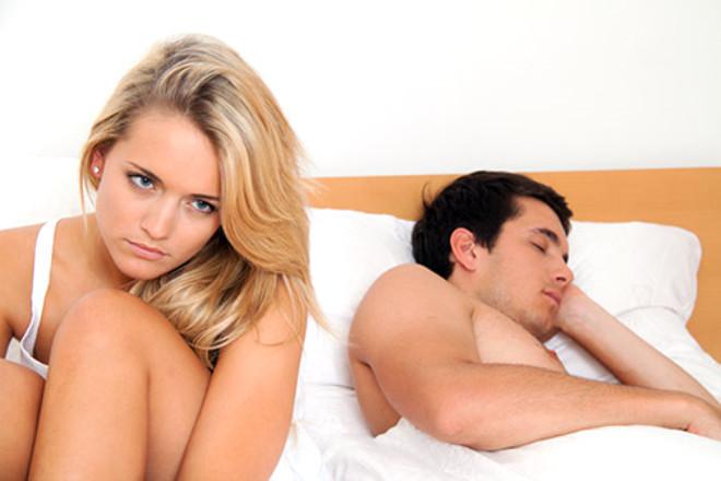 Erkeklerdeki penisin karşılığı, kadınlarda klitoristir. Klitorisin içinde binlerce sinir lifi vardır ve uyarılma anında içi kanla dolarak sertleşir ve şişer. Bu da orgazm sonrasında yaşanan son derece normal ve fizyolojik bir durumdur.