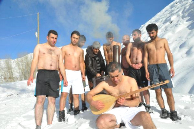 Hakkari'de Kar Banyosu