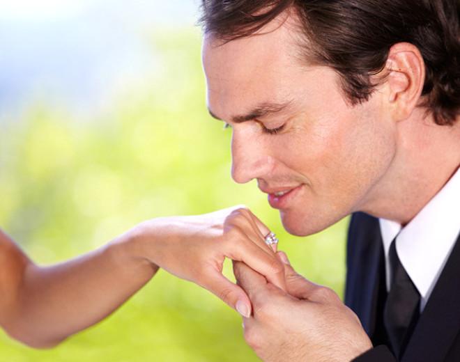 Подавать нужно женщине ли руку признакомстве