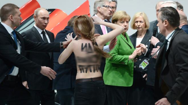 Putin'e Çıplak Protesto!