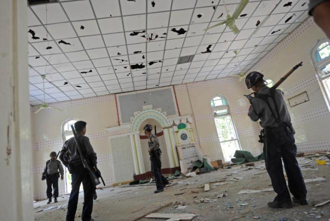 Camiyi Ateşe Verip Kur'an Yaktılar!