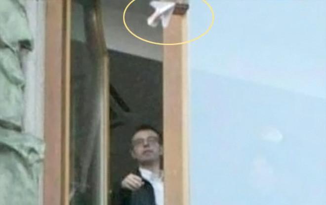 Rus Milyarder Paraları Uçak Yapıp Otel Camından Attı